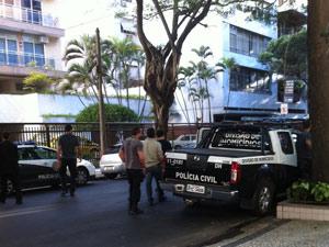 Policiais da Divisão de Homicídios estão na Rua Prudente de Moraes, em Ipanema, em busca de imagens do crime (Foto: Lilian Quaino/ G1)