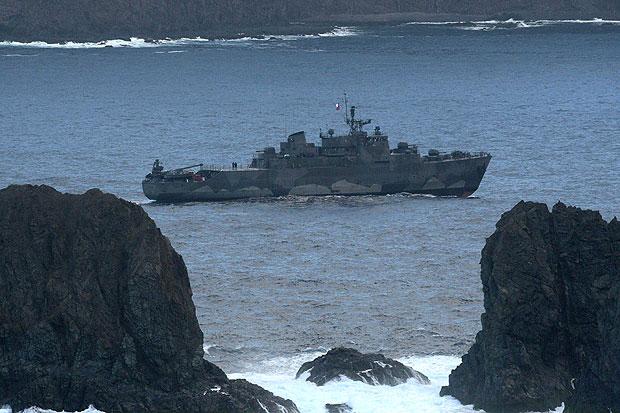 Um navio da Marinha realizou buscas pelas vítimas do acidente aéreo em Juan Fernández (Foto: Luis Hidalgo/AP)