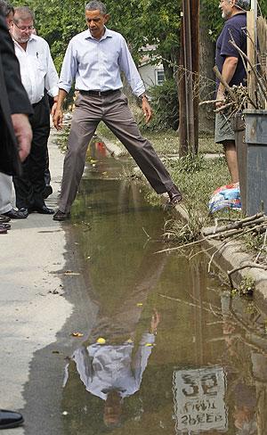 Presidente Barack Obama durante visita à cidade de Paterson (Foto: Charles Dharapak/AP)