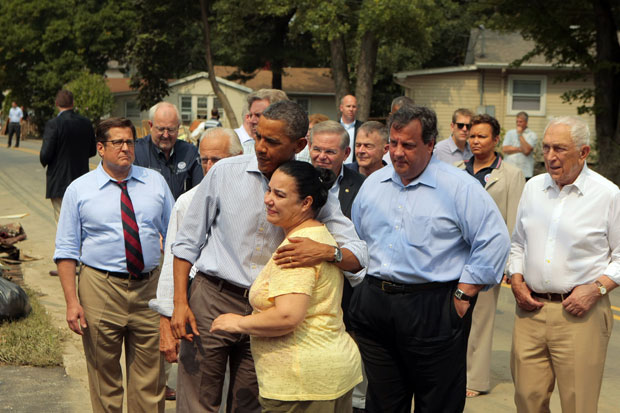 Obama cumprimenta uma moradora das áreas atingidas pelo furacão Irene (Foto: John O'Boyle/AP)