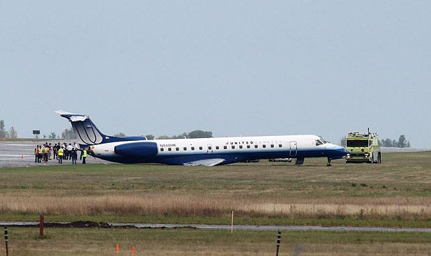Avião parou na grama após sair da pista no aeroporto de Ottawa (Foto: Patrick Doyle/ The Canadian Press/AP)