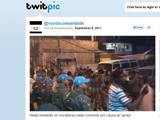 Imagem postada no Twitter do Voz da Comunidade mostra o tumulto ocorrido no Alemão (Foto: Reprodução/ Twitter)