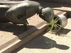 Estátuas, vasos, enfeites e túmulos foram danificados (Foto: Reprodução RPC TV)
