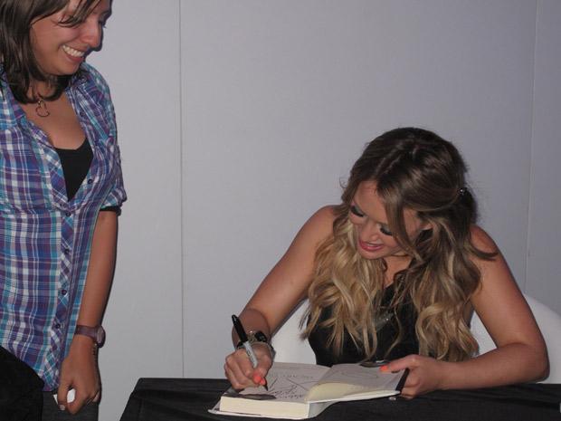 Hilary Duff dá autógrafos (Foto: Carla Meneghini/G1)