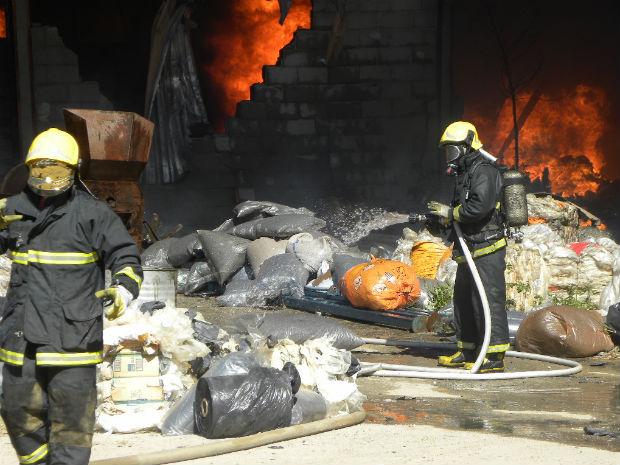 Incêndio destrói galpão na Serra, ES (Foto: Amaro R. Gonçalves/ TV Gazeta)