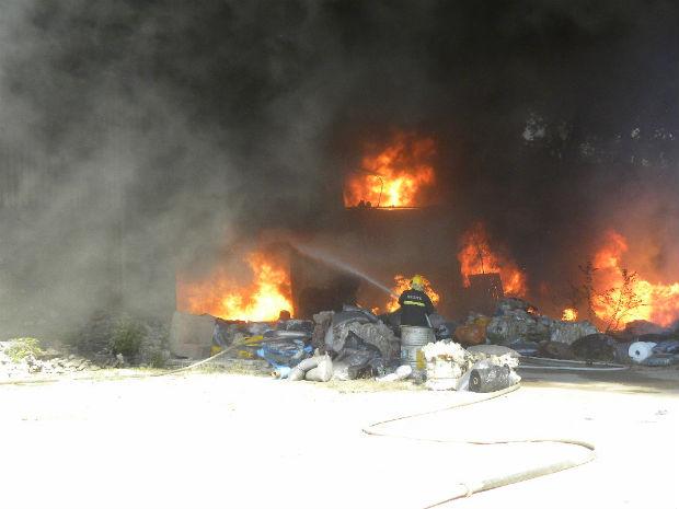 Bombeiros precisaram de três carros pipa para conter as chamas (Foto: Amaro R. Gonçalves/ TV Gazeta)