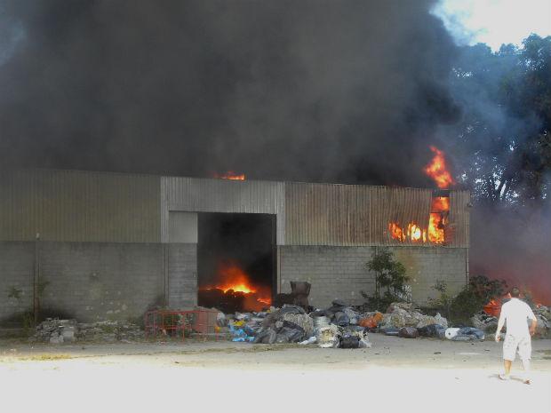 Dono viu galpão destruído pelo fogo (Foto: Amaro R. Gonçalves/ TV Gazeta)
