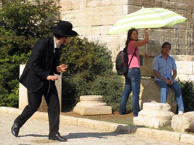 Um judeu ortodoxo desavisado assusta-se ao perceber a preparação do Rei para um dos takes do especial da TV Globo no Parque Arqueológico de Jerusalém (Foto: Henrique Porto/G1)