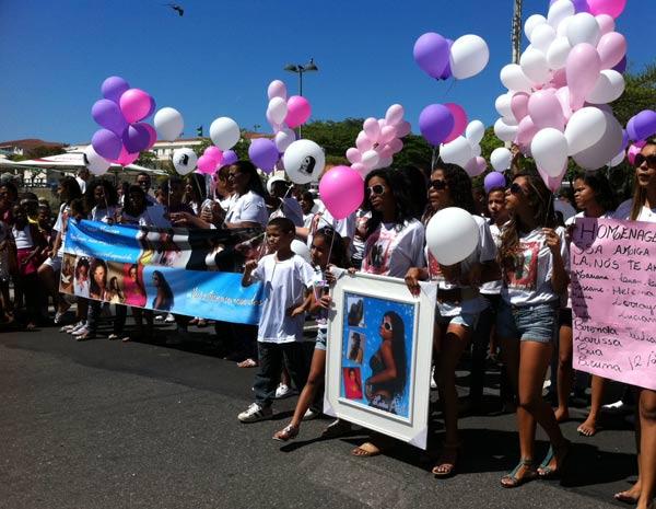 Amigos e colegas da Escola Tasso da SIlveira levam balões e fotos de Luiza na passeata em Copacabana (Foto: Lilian Quaino/G1)