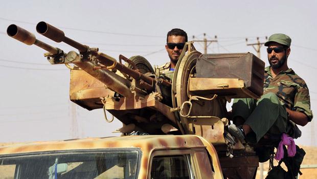 Rebeldes montam guarda antes de missão de busca a combatentes pró-Kadhafi em Al-Noflea neste domingo (4) (Foto: Reuters)