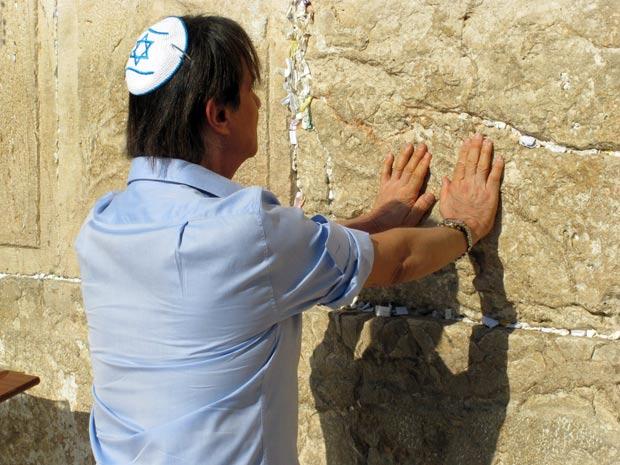 O cantror Roberto Carlos ora no Muro das Lamentações, na cidade sagrada de Jerusalém, neste domingo (4). Momento será um dos destaques do especial que a TV Globo grava com o Rei (Foto: Henrique Porto/G1)