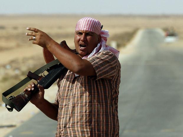 Rebelde líbio que participa do cerco à cidade de Bani Walid neste domingo (4) (Foto: Goran Tomasevic/Reuters)