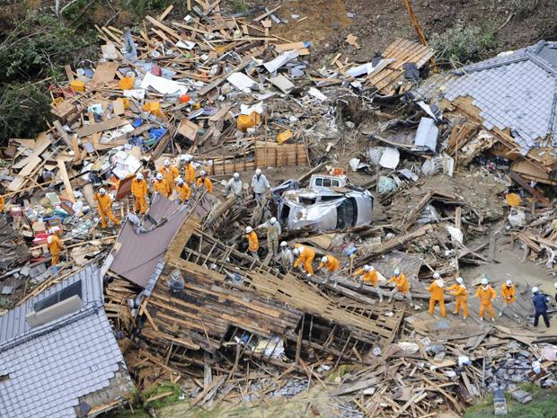 Imagem aérea mostra biombeiros entre casas destruídas devido a um desmoronamento causado pelo tufão 'Talas' in Tanabe, na região Oeste do Japão (4/09) (Foto: Reuters)