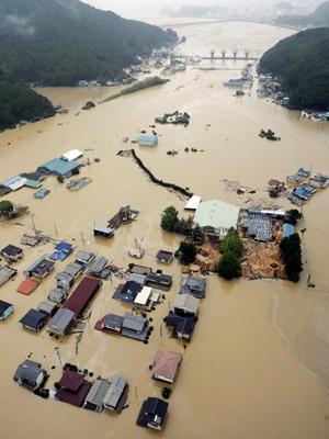 Imagem aérea mostra área residencial inundada pelo tufão Talas  (Foto: Reuters)