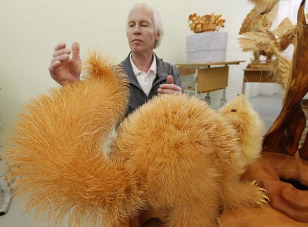 Sergei Bobkov criou esculturas usando palha de madeira. (Foto: Ilya Naymushin/Reuters)