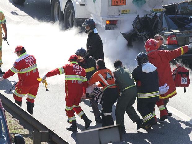 Motorista de carro foi socorrido em estado grave para um hospital da região (Foto: Luiz Guarnieri/Agência Estado)