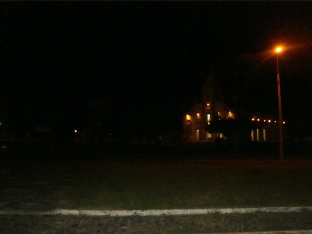 Cidade ficou com iluminação precária após corte de abastecimento de energia (Foto: Melquíades Júnior/Agência Diário)
