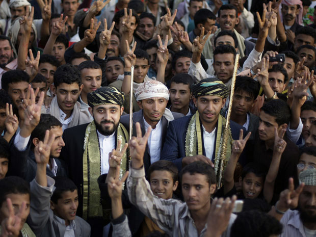 Manifestantes protestam em Sana pedindo a saída do presidente Ali Abdullah Saleh nesta segunda (5) (Foto: AP)