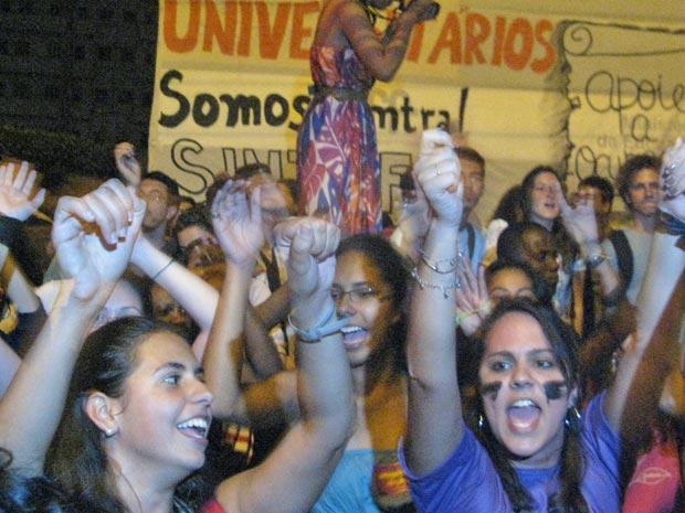 Alunos da UFF pistam rosto em protesto na ocupação da reitoria da universidade (Foto: Tássia Thum/G1)