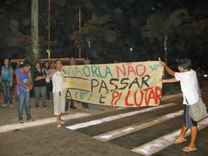 Alunos estendem faixa em rua próxima à reitoria da UFF (Foto: Tássia Thum/G1)