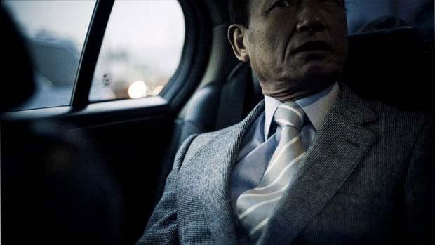 O fotógrafo belga Anton Kusters passou dois anos com uma das mais notórias gangues Yakuza do Japão, conhecidas por seu estrito código de honra, sua brutalidade e suas tatuagens. (Foto: © anton kusters/www.antonkusters.com)