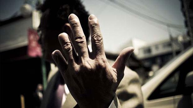 Os integrantes são unidos por um código moral rigoroso e impiedoso. Para demonstrar a sinceridade de um pedido de desculpas, alguns membros talham a ponta dos dedos da mão. (Foto: © anton kusters/www.antonkusters.com)