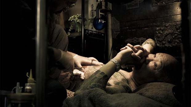 Outra marca dos membros são as elaboradas tatuagens, que eles raramente mostram em público. Normalmente, elas são feitas usando uma técnica e dolorosa coma agulha e tinta. (Foto: © anton kusters/www.antonkusters.com)