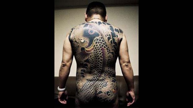 Tradicionalmente, integrantes se encontram em saunas, onde eles podem revelar suas pinturas corporais e garantir que ninguém esteja portando armas. (Foto: © anton kusters/www.antonkusters.com)