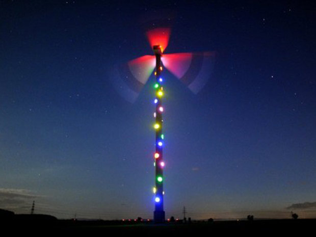 Um moinho de vento próximo a Sehnde-Muellingen, na região de Hanover, é equipado com luzes coloridas e fotografado nesta segunda-feira (5). A instalação é obra do artista francês Patrcik Raynud, como parte da feira EXPO 2000, e usa a energia das pás. Quanto mais vento, mais intensamente brilham suas luzes. (Foto: AFP)
