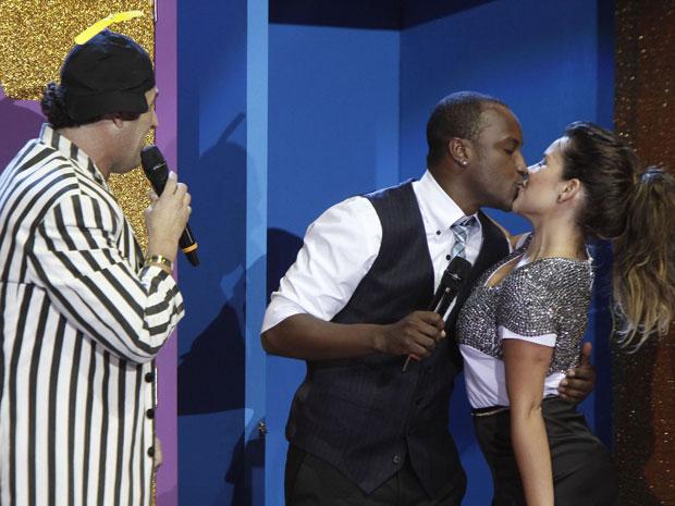 Prêmio Multishow teve revival do quadro 'Porta dos desesperados' com Sérgio Mallandro. A  a atriz Fernanda Souza saiu de uma das portas e premiou o namorado, Thiaguinho, com um beijo (Foto: Ide Gomes/G1)