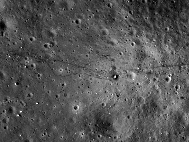 Fotografia da superfície da Lua na região em que a missão Apollo 17 pousou, em 1972. Os traços no centro da imagem são os rastros deixados pelos astronautas. (Foto: Nasa's Goddard Space Flight Center/ASU)