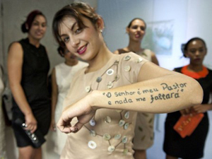 Presa exibe tatuagem durante evento (Foto: Nelson Almeida/AFP)