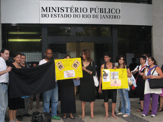 Moradores de Santa Teresa fizeram um protesto na porta do MP (Foto: Patrícia Kappen/G1)