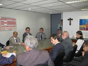 Reunião no Ministério Público envolveu representantes da associação de moradores e parlamentares (Foto: Patrícia Kappen/G1)