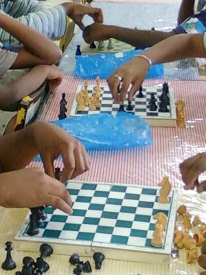 Alunos do Ciep 449, de Niterói, jogam xadrez durante horário letivo (Foto: Divulgação)