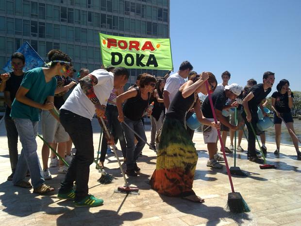 Manifestantes lavam rampa do Congresso Nacional em Brasília em protesto contra a corrupção durante o desfile de 7 de Setembro  (Foto: Jamila Tavares/ G1)