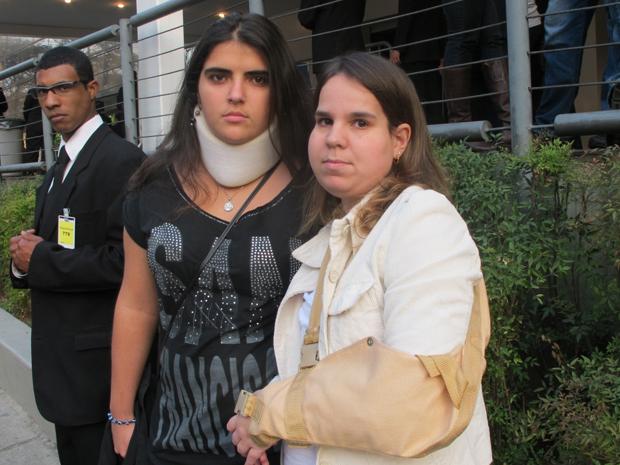 Aline  Ciaska  Balazshazi, que fratura nas costas, e Tissiana Resende, que teve luxação no braço: viemos para ver o que ela vai falar  (Foto: Roney Domingos/ G1)
