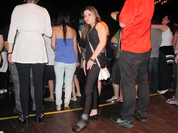 """Amanda Miolaro, que torceu o pé no show do Anhembi: """"Não vou poder pular"""" (Foto: Roney Domingos/ G1)"""