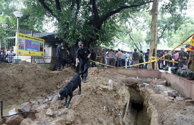 Policiais observam o local da explosão nesta quarta-feira (7) em Nova Délhi. (Foto: AP)