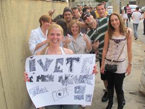 Carolina Stival, com cartaz pedindo a Ivete atenção por seu aniversário (Foto: Roney Domingos/ G1)