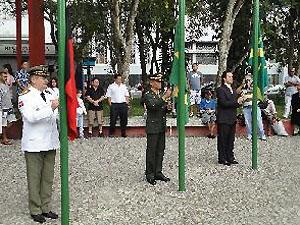 Prefeito de Campina Grande (PB) hasteia a bandeira na abertura do desfile cívico (Foto: Divulgação/Codecom-PMCG)