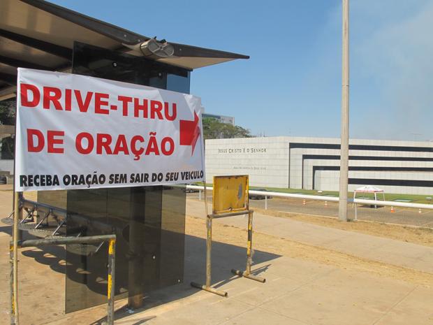 Drive-thru da oração é sinalizado na parada de ônibus em frente à igreja (Foto: Rafaela Céo/G1)