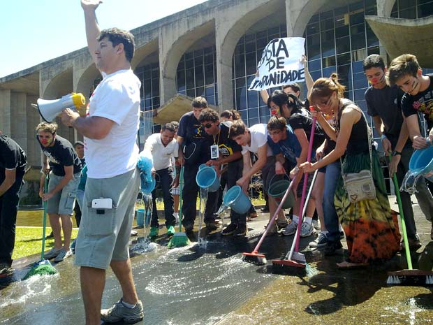Manifestantes lavam entrada do Ministério da Justiça em Brasília em protesto contra a corrupção durante o desfile de 7 de Setembro  (Foto: Jamila Tavares/G1)