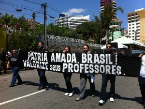 Com faixa e mordaças, professores em greve percorreram trajeto do desfile cívico-militar (Foto: André Alencar / TV Verdes Mares)