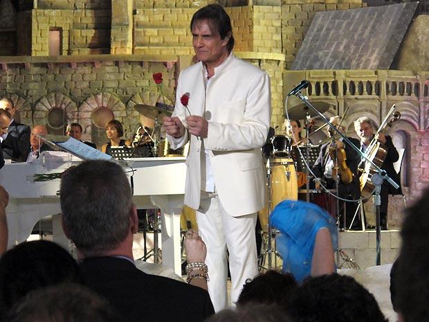 Roberto Carlos distribui as tradicionais rosas ao fim do show realizado no Sultan's Pool, em Jerusalém. TV Globo exibe especial com trechos da apresentação no próximo sábado (10) (Foto: Henrique Porto/G1)