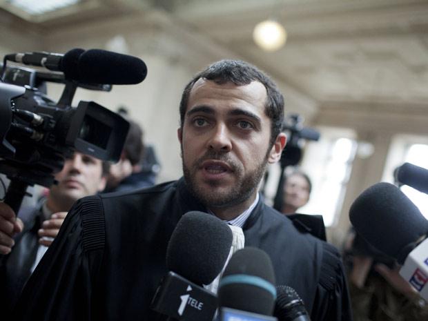 O advogado do estilista John Galliano, Aurelien Hamelle, deixa o tribunal de Paris após anúncio da sentença de seu cliente: multa de 6 mil euros por insultos antissemitas (Foto: AP)