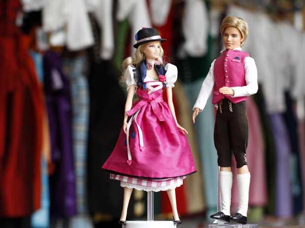 Os bonecos Barbie e Ken aparecem vestidos em trajes típicos da região da Bavária, na Alemanha.  As roupas foram feitas pela designer Katharina Lukacs em apenas um dia, a pedido da Mattel, fabricante dos bonecos.  (Foto: Reuters)