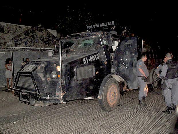 Patrulhamento em Manguinhos é reforçado por dois blindados da Polícia Militar (Foto: Rodrigo Vianna / G1)