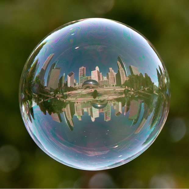 Fotógrafo retrata paisagens turísticas pelo reflexo em bolhas (Foto: Caters / Tom Storm)