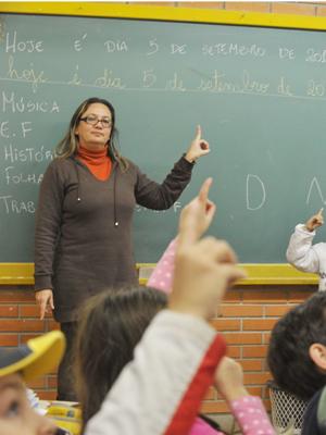 Crianças são alfabetizadas em português e em libras (Foto: Foto: Jean Schwarz / Agência RBS)